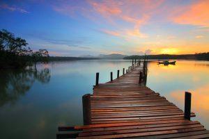 ponton sur l'eau vers un lever de soleil